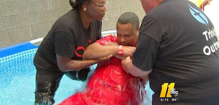 39 Tù Nhân Được Làm Báp-tem Tại North Carolina